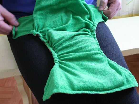 Taskuvaipan pukeminen istuvalle lapselle 2